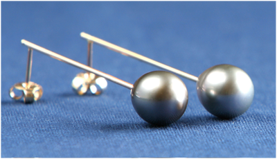 Earrings in 18k gold with cultured tahiti pearls