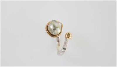 Ring in silver and 18k gold with a keshi pearl