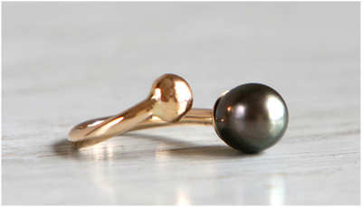 Ring in 18k gold with cultured tahiti pearl