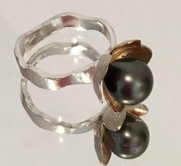 Ring with cultured Tahiti pearl in silver and gold plate