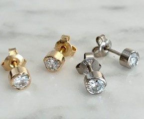 Studs in 18k white gold or red gold with brilliant cut diamonds