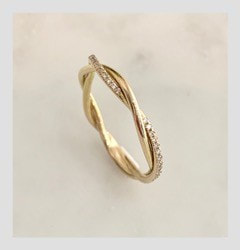 Wedding ring in 18k gold and small diamonds