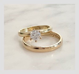 Wedding rings in 18k gold with brilliant cut diamond
